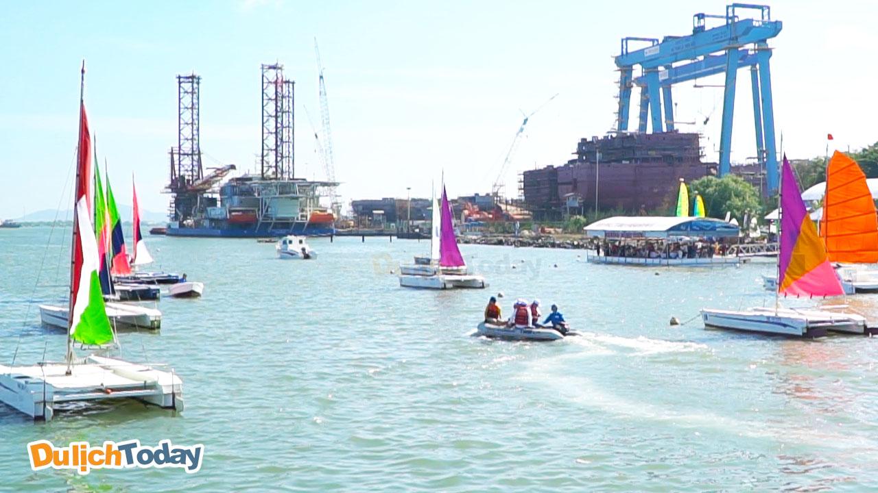 Rất đông khách khách tham đến bến du thuyền Marina