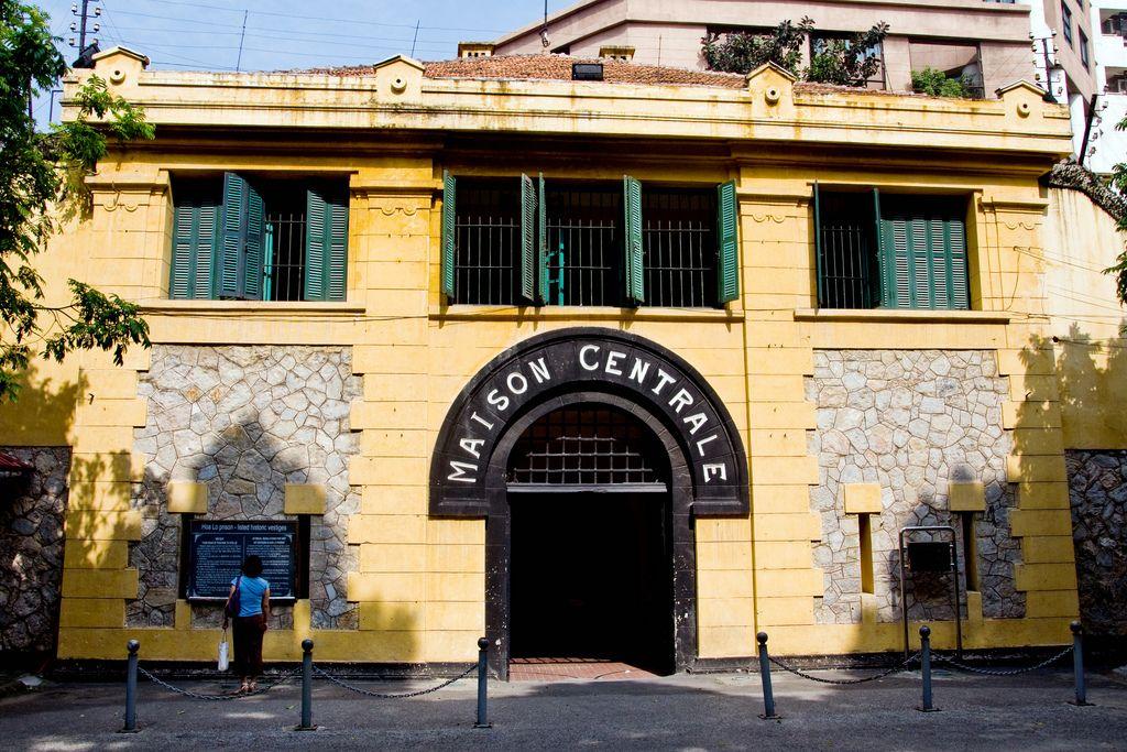 nhà tù Hỏa Lò địa điểm tham quan ở hà nội nổi tiếng