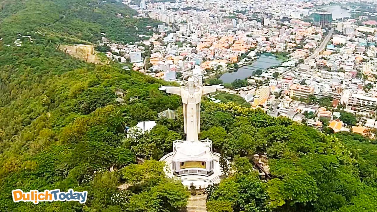 Du khách phải leo cầu thang bộ để lên đến đỉnh tượng chúa Giêsu