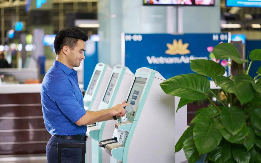 Check in tại ki-ốt Vietnam Airlines ở sân bay