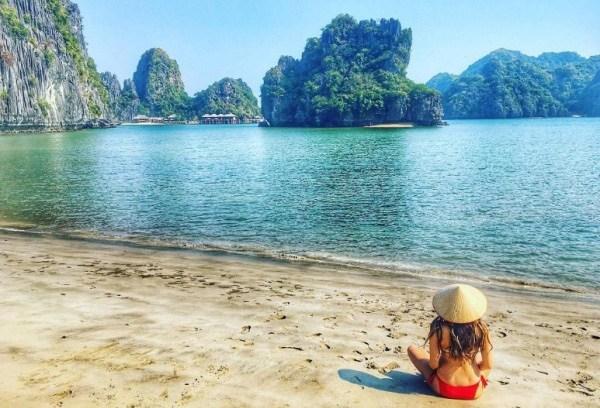 Biển Cát Bà yên bình và trong xanh vô cùng là  địa điểm du lịch hè thích hợp