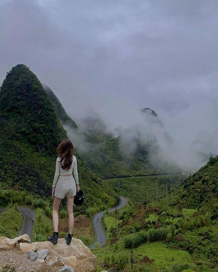 Khung cảnh đứng trên đèo Mã Pí Lèng Hà Giang nhìn xuống