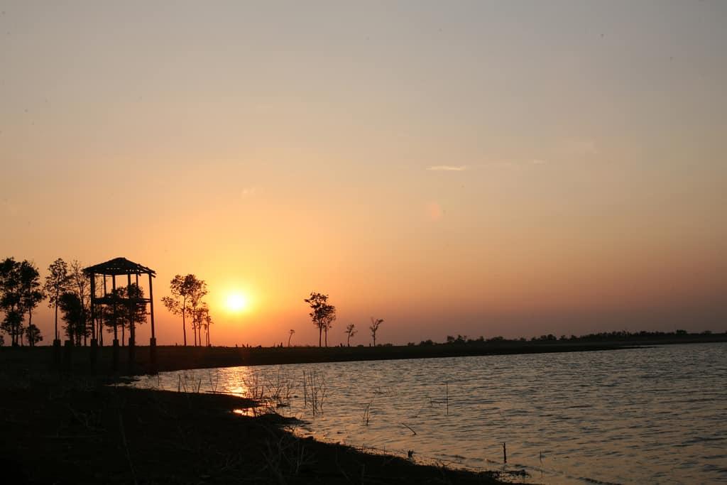 Khi bình minh ló rdạng ở hồ Ea Kao (Ảnh: ST)