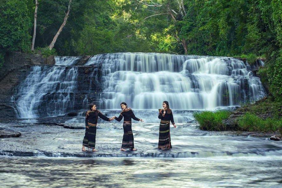 Vẻ đẹp của những cô gái Buôn Mê Thuột bên dòng thác Thủy Tiên kì vĩ (Ảnh: ST)