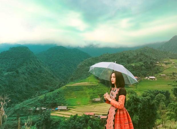 Cô gái đứng giữa trời mây và lưu lại khoảnh khắc có một không hai tại Sapa