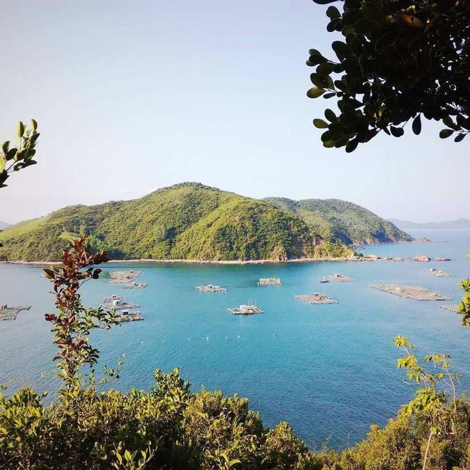 Vịnh Xuân Đài khi nhìn từ đảo Nhất Tự Sơn